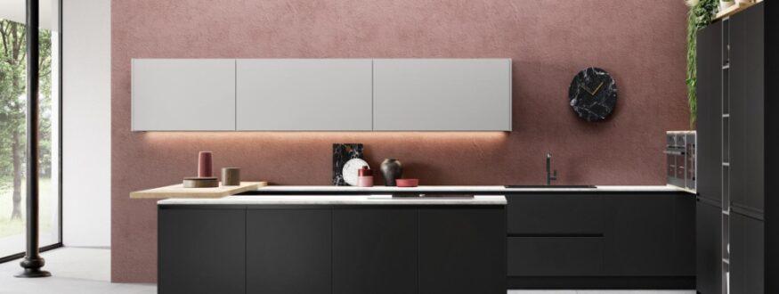 cucina minimal nera e bianca con muro rosa scuro